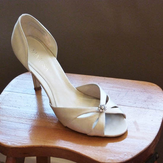 Shoe with diamante button S