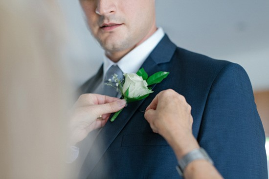 Pinning on grooms boutonerrie
