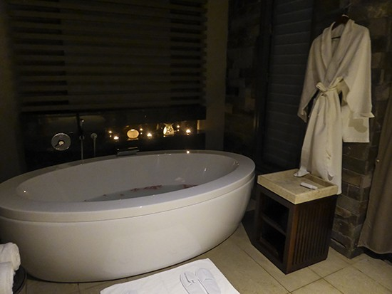 Intercontinental Fiji Rose Petal bath